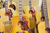 Coleção de guitarras elétricas na loja de música — Foto Stock