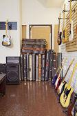 E-gitarre mit koffer und verstärker im speicher — Stockfoto