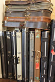 Gruppe der alten gitarrenkoffer im musikhandel — Stockfoto