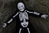 Pojke utklädd till skelett poserar på rock — Stockfoto