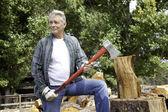 Senior dřeva jack drží sekeru a koukal — Stock fotografie