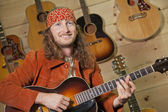 Yakışıklı adam gitar çalmak — Stok fotoğraf