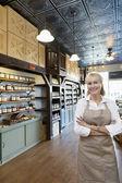 Portre kıdemli mutlu kadın baharat ticaret duran kolları olan mağaza çarpı işareti — Stok fotoğraf