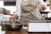 Tronco di un dipendente di principio sulla scala di peso nel negozio di spezie di misura — Foto Stock