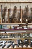 Zbraně v obchodě zbraň — Stock fotografie