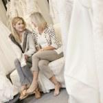 幸せな母と娘シューズ ブライダル店でソファの上で座っています。 — ストック写真