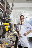 Portret pracownik wykwalifikowany stałego z rękami na biodrach w warsztacie — Zdjęcie stockowe