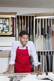 портрет счастливой квалифицированного работника в мастерской — Стоковое фото