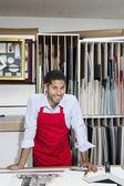 Porträtt av en glad yrkesarbetare i workshop — Stockfoto