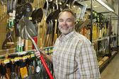 Donanım mağaza kürek tutan mutlu olgun bir adam portresi — Stok fotoğraf