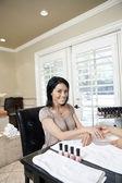 Portret van een vrolijke medio volwassen vrouw krijgen nagels gepolijst — Stockfoto