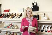 Retrato de uma mulher madura com bolsa na loja — Foto Stock