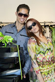 Porträtt av en glad unga par med lådor i modebutik — Stockfoto