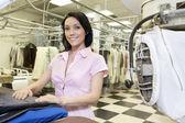 Portret szczęśliwy połowy dorosła kobieta w pralni — Zdjęcie stockowe