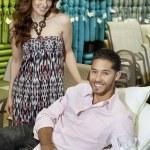 Retrato de la joven pareja de compras para el sofá en tienda — Foto de Stock