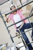 İskele üzerinde tırmanma kadın işçi önden görünümü — Stok fotoğraf