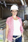 Porträtt av vacker ung kvinna arkitekt bär hardhat på byggarbetsplats — Stockfoto
