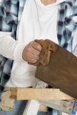 Животик мужской строительство работник резки дерева с ручной пилы — Стоковое фото