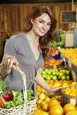 Meyveler için pazarda alışveriş mutlu bir genç kadının portresi — Stok fotoğraf