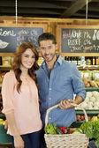 Retrato de una joven pareja feliz de supermercado — Foto de Stock