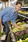 Ritratto di un uomo felice shopping per verdura in mercato — Foto Stock