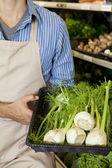 Torso de hombre que sostiene la canasta de cebolla verde en supermercado — Foto de Stock