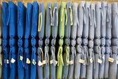 Almofadas multicoloridas penduradas na loja — Foto Stock