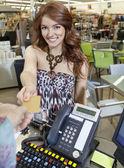 Retrato de uma jovem feliz pagar através de cartão de crédito — Foto Stock