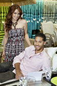 Portrait de jeune couple shopping pour canapé en magasin — Photo