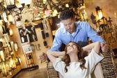 Młoda para, patrząc na siebie w lampy sklep — Zdjęcie stockowe