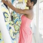 prodavač ženské šaty manekýn — Stock fotografie