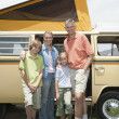 Family Of Four Standing By Campervan - Lizenzfreies Foto