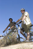 Multiethnic Friends Stand With Mountain Bikes On Hilltop — Stock Photo