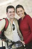 пара, стоя с горный велосипед — Стоковое фото