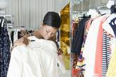 Kobieta uważa, białą kurtkę w ubrania sklep — Zdjęcie stockowe