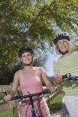 Moeder en dochter met mountainbikes — Stockfoto