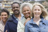 Amigos multiétnicas de pie en una fila — Foto de Stock