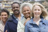 Multietniskt vänner står i rad — Stockfoto