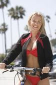 Frau im bikini mit fahrrad — Stockfoto