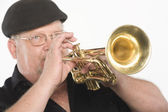 Hombre tocando trompeta — Foto de Stock