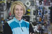Ciclista feminina na loja — Foto Stock