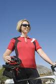 Женский велосипедиста с велосипедов — Стоковое фото