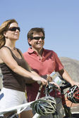 Couple With Bicycles Looking Away — Stock Photo