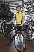 Mann mit fahrrad im shop — Stockfoto