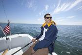 Mann im boot segeln — Stockfoto