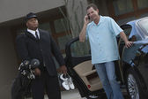 Mit besitzer stehen mit dem auto mit chauffeur — Stockfoto