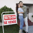 Loving Couple In Front Of House For Sale — Stock Photo