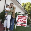 Happy Family In Front Of New House — Stockfoto