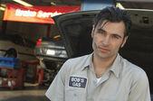 Mechaniker von offenen wagen hood — Stockfoto