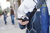 ученик прослушивания музыки — Стоковое фото